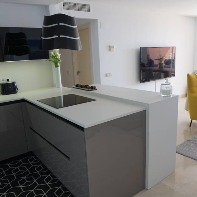 Peninsula con gran cajones y accesorio botellero extraible de Decodan - Estudio de cocinas y armarios en Estepona y Marbella Moderno
