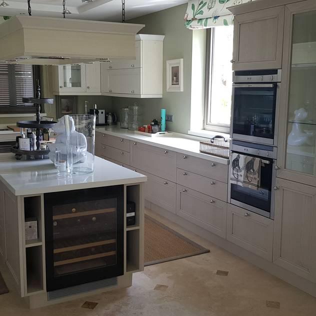 Muebles columnas con hornos, vitrinas y baldas de cristal: Cocinas integrales de estilo de Decodan Interiores