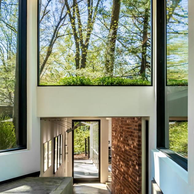 KUBE architecture Modern Corridor, Hallway and Staircase