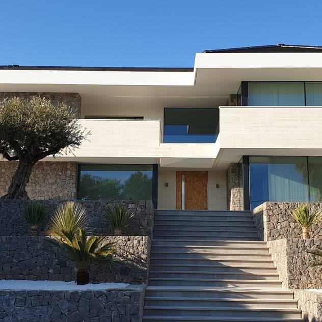 Fachada exterior: Villas de estilo  de GARLIC arquitectos, Mediterráneo Hormigón