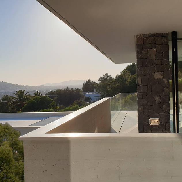Detalle de balcon con vista al mar: Villas de estilo  de GARLIC arquitectos, Mediterráneo Hormigón