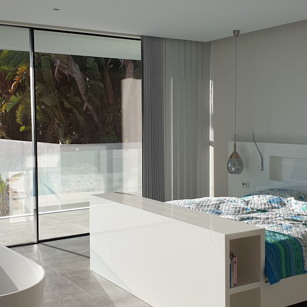 Dormitorio principal con vista al mar: Dormitorios de estilo  de GARLIC arquitectos, Mediterráneo