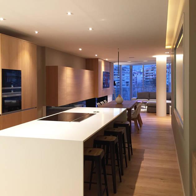 Foto interior de cocina con isla: Cocinas integrales de estilo  de GARLIC arquitectos, Moderno Cuarzo
