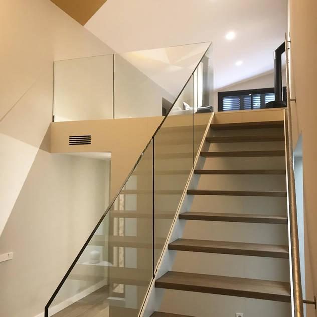 Detalle escalera interior: Escaleras de estilo  de GARLIC arquitectos, Moderno
