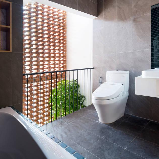 BOUNDARY house Phòng tắm phong cách nhiệt đới bởi AD+ Nhiệt đới