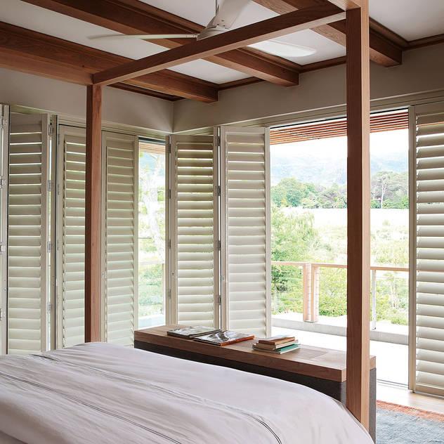 Phòng ngủ phong cách kinh điển bởi Plantation Shutters® Kinh điển