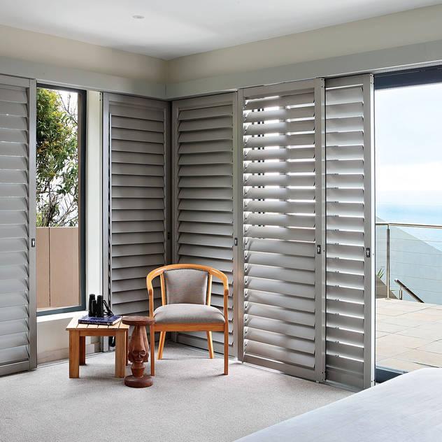 Phòng ngủ phong cách hiện đại bởi Plantation Shutters® Hiện đại