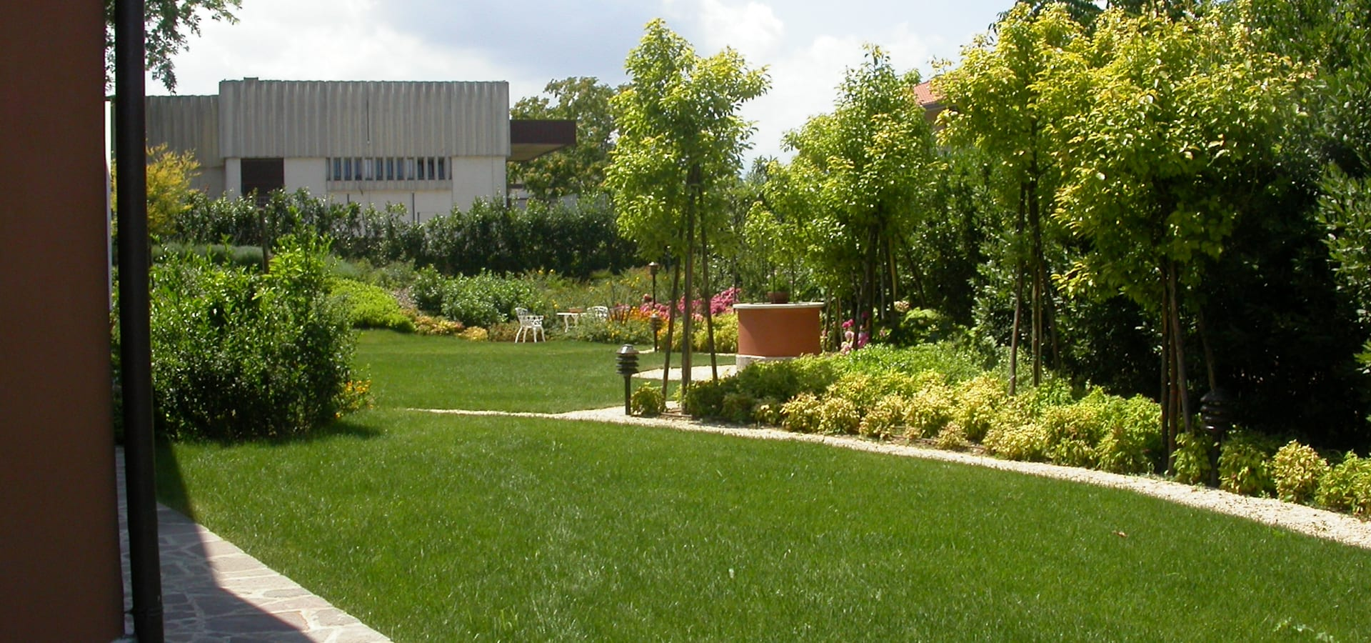 Piccoli giardini moderni good progetti giardini online for Foto giardini moderni
