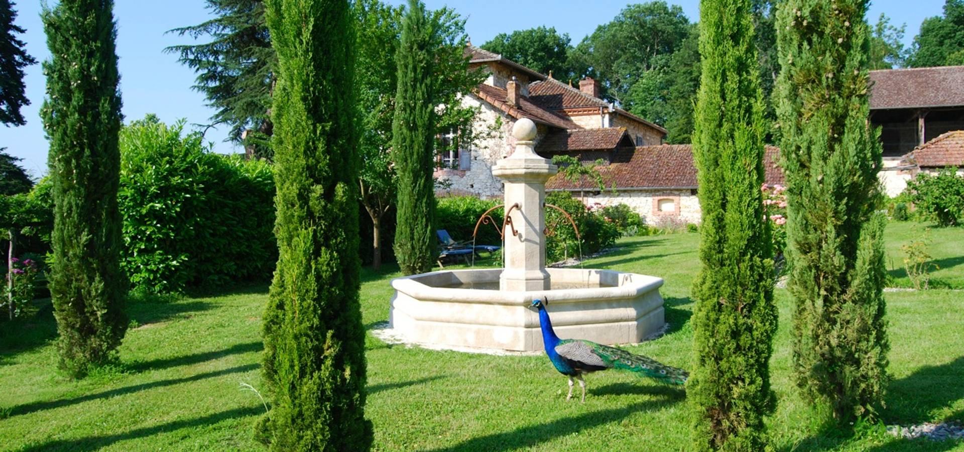 Fontaine centrale en pierre installée dans un jardin von Provence ...