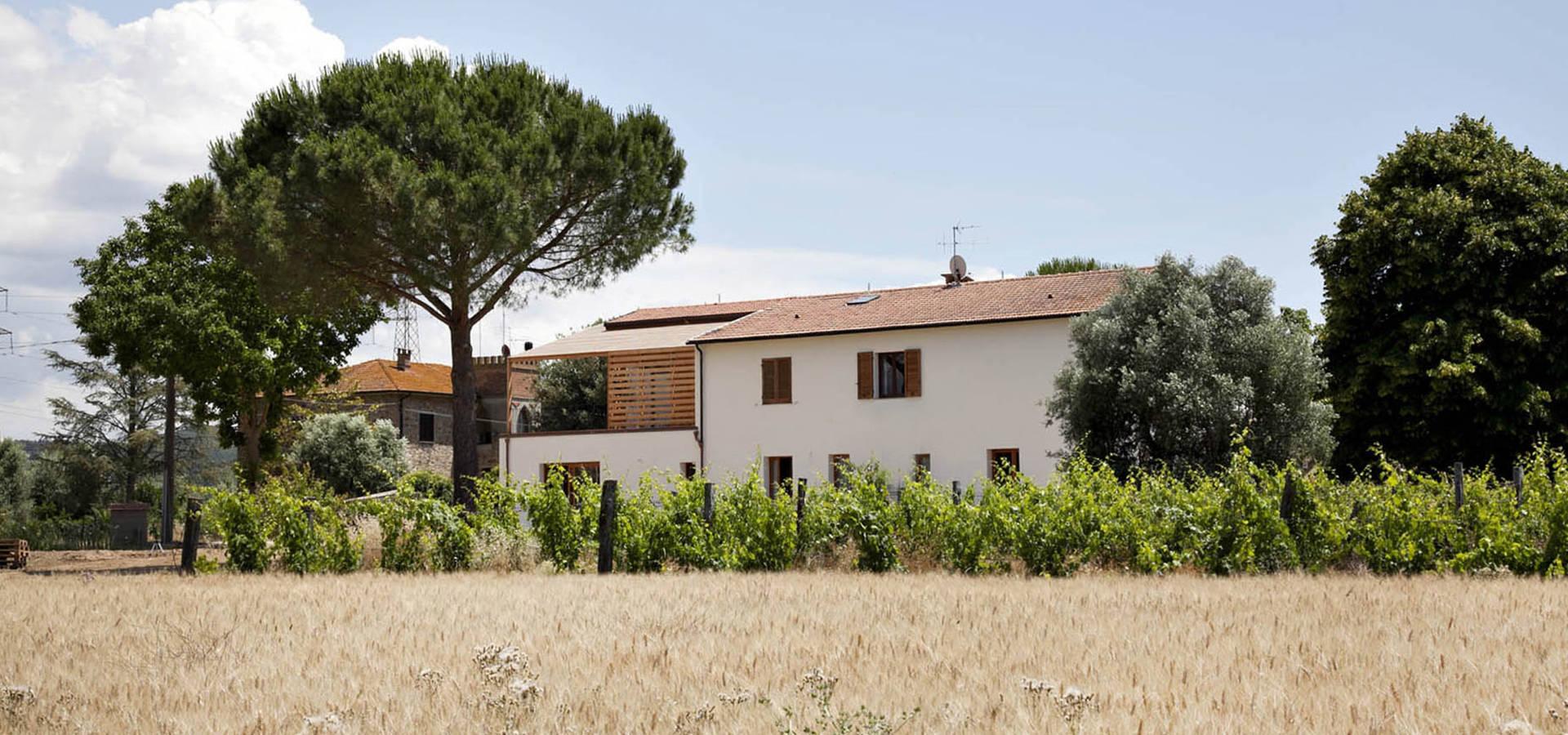 Ristrutturazione ed ampliamento di un fabbricato rurale a for Architettura di campagna francese