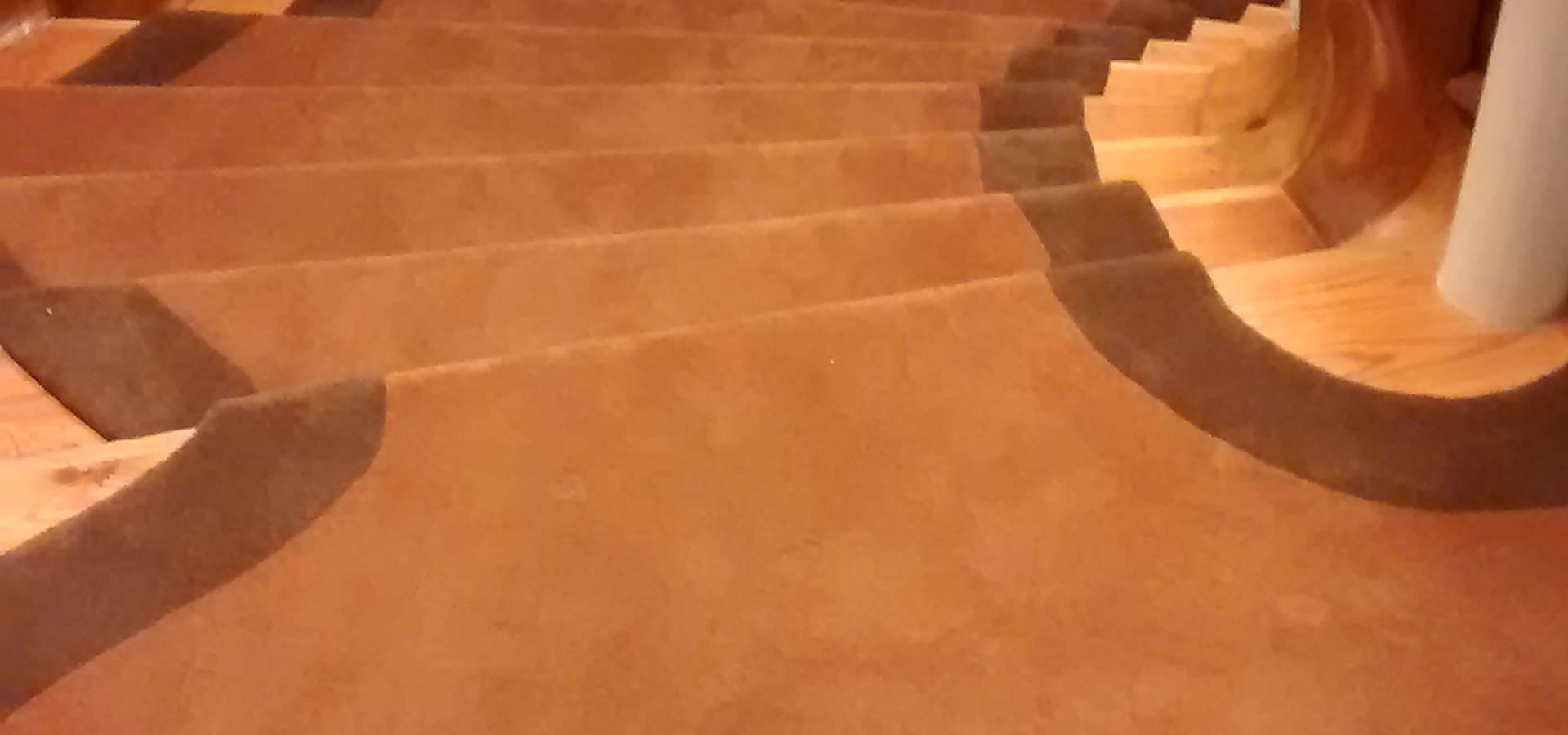 Alfombra en escalera by comercial de moquetas y parquets - Alfombras para escaleras ...