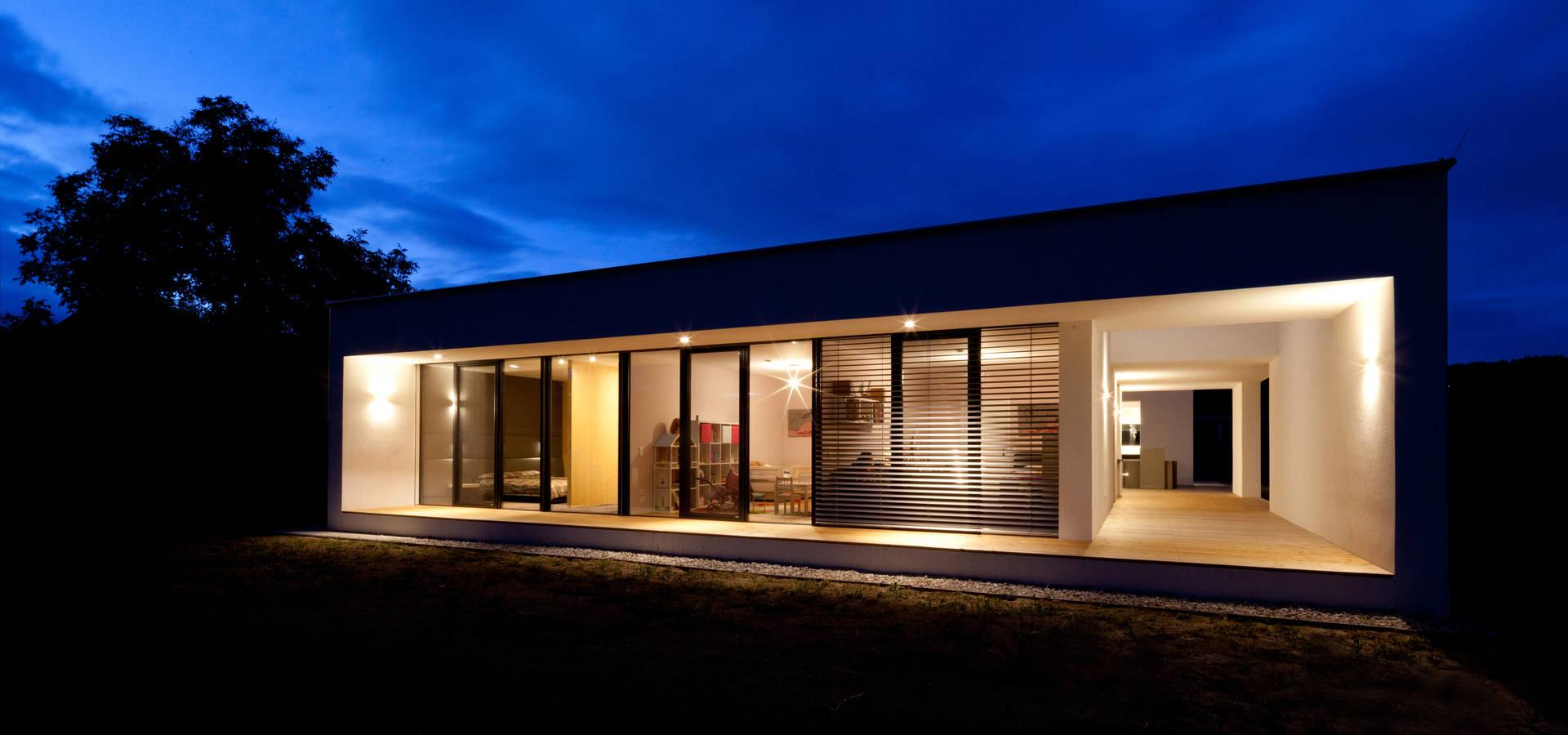moderner bungalow mit atrium by paschinger architekten zt kg homify. Black Bedroom Furniture Sets. Home Design Ideas