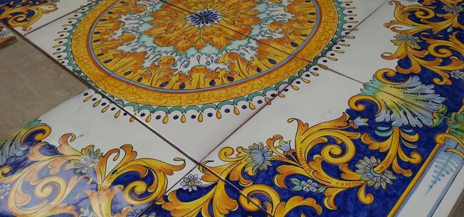 Tavolo in pietra lavica decorato a mano von ce ar - Piastrelle pietra lavica smaltata ...