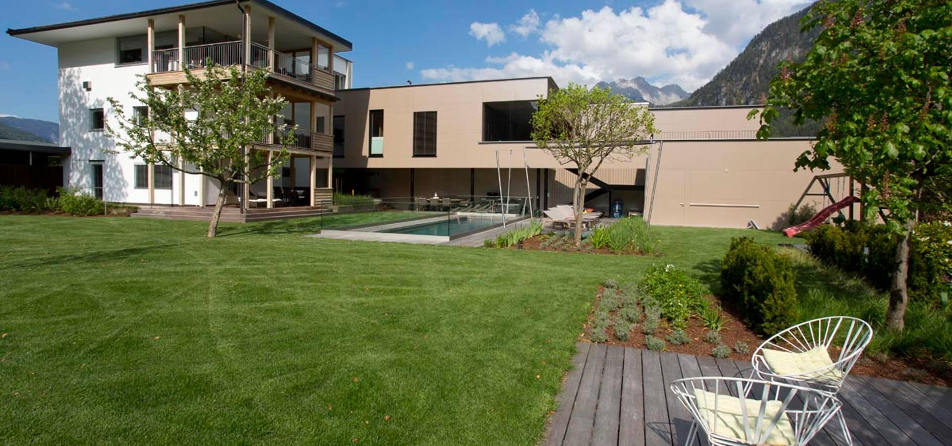 Gartenarchitektur  freiraum* Gartenarchitektur GmbH: Hofgarten mit Naturpool | homify