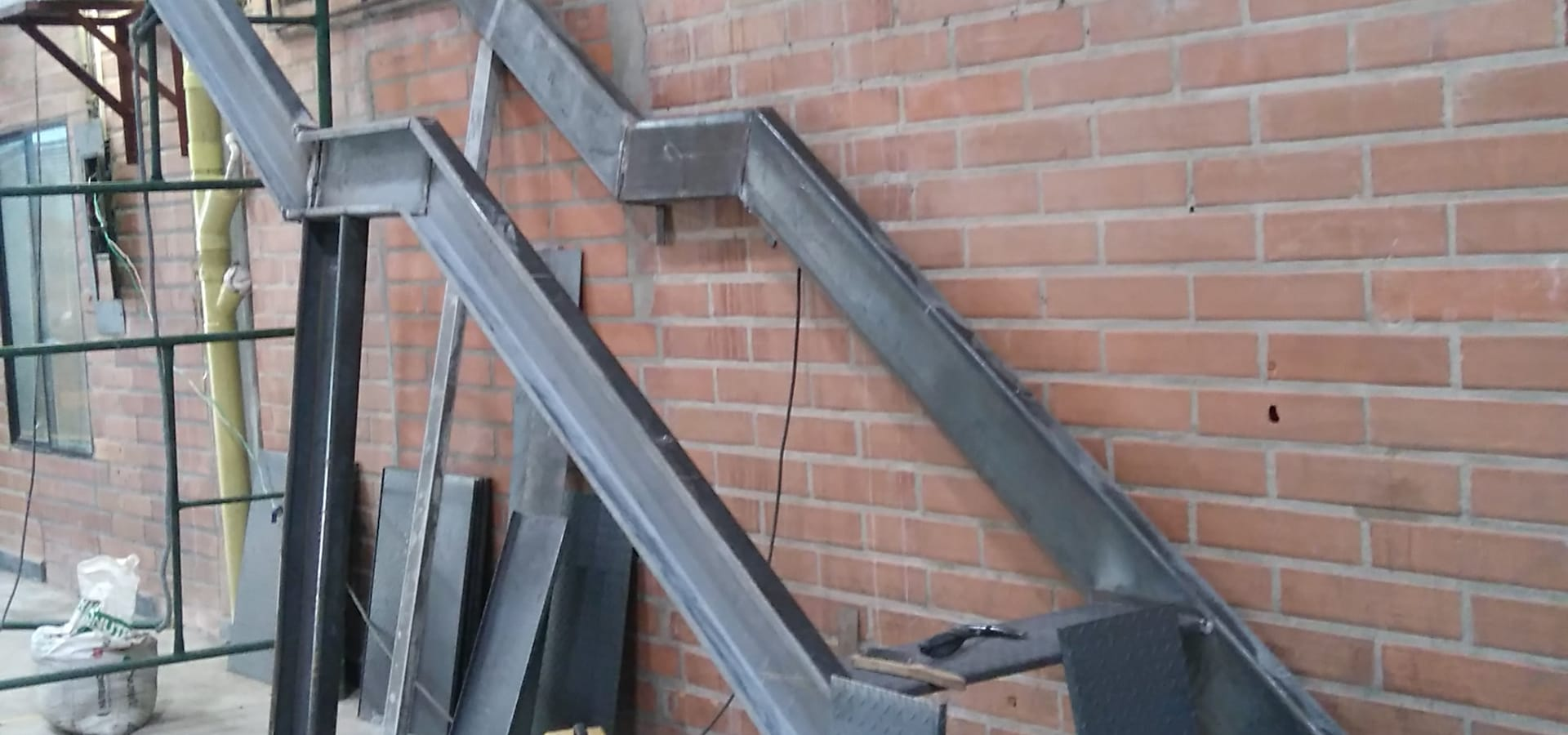 Escalera metalica va de escape a travs de escalera for Como construir una escalera metalica