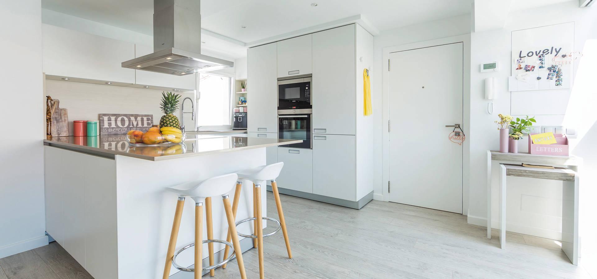 Una cocina blanca abierta al resto de la casa de Santiago Interiores ...