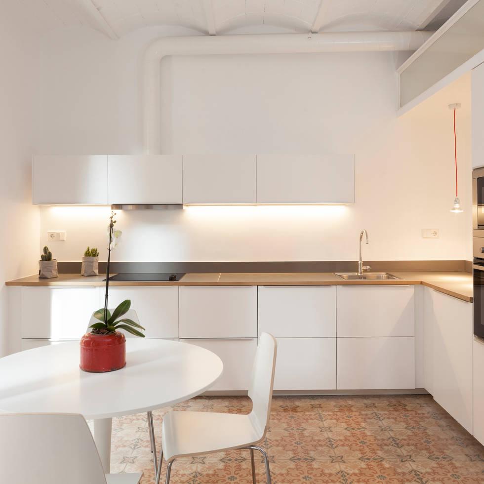 Reforma en la Barceloneta: Cocinas de estilo moderno de OAK 2000