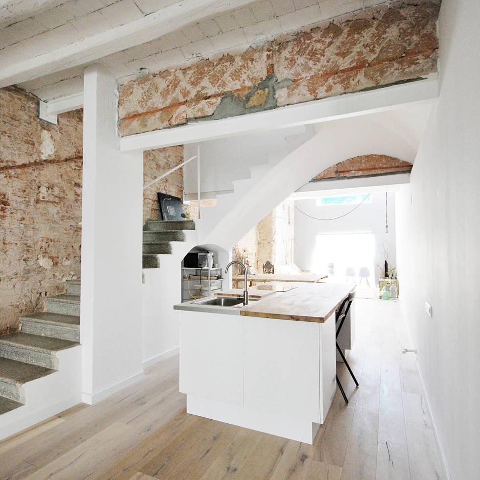 Reforma Casa SG : Cocinas de estilo mediterráneo de Abrils Studio