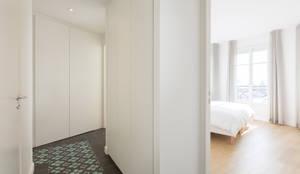 APPARTEMENT AVEC VUE: Couloir, Entrée & Escaliers de style de style Minimaliste par Agence Manuel MARTINEZ