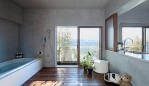 大きな窓のあるバスルーム: Takeshi Shikauchi Architect Office/鹿内健建築事務所が手掛けたtranslation missing: jp.style.洗面所-お風呂-トイレ.eclectic洗面所/お風呂/トイレです。