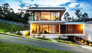 Habitações translation missing: pt.style.habitações.moderno por JOBIM CARLEVARO arquitetos