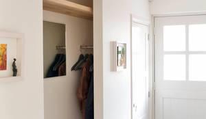 Corredores, halls e escadas modernos por Jolanda Knook interieurvormgeving