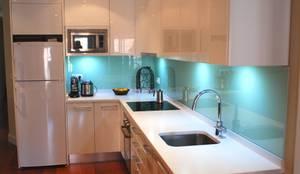modern Kitchen by Traber Obras