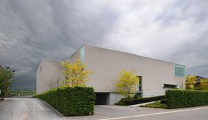 Le cube blanc : Maisons de style de style Minimaliste par Luc Spits Interiors