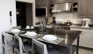 Isla de cocina, bancos y frentes de puertas hechos a la medida.: Cocinas de estilo moderno por Quinto Distrito Arquitectura