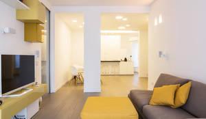 minimalistic Living room by ristrutturami