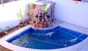 Piscinas de estilo moderno por piscinas scualo for Jacuzzi en patios pequenos