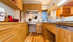 Cocinas de estilo moderno por shu建築設計事務所