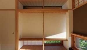 住戸棟 和室 床の間: フィールド建築設計舎が手掛けたtranslation missing: jp.style.多目的室.classic多目的室です。