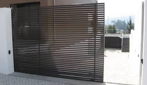 Guardas de protecção: Janelas e portas modernas por Jolucor