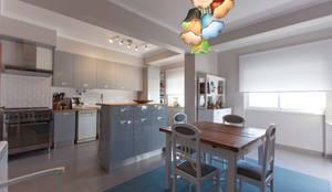 Cozinha e Salinha de Refeições: Cozinhas modernas por ÀS DUAS POR TRÊS