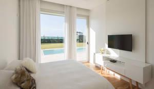 DORMITORIO EN SUITE CON VISTAS AL JARDIN: Dormitorios de estilo minimalista por VISMARACORSI ARQUITECTOS