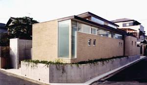 紫竹の家-高低差を活かす-: atelier mが手掛けたtranslation missing: jp.style.家.modern家です。