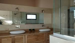 Baño principal: Baños de estilo moderno por Azcona Vega Arquitectos