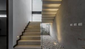 Solares 132: Pasillo, hall y escaleras de estilo translation missing: mx.style.pasillo-hall-y-escaleras.moderno por 2M Arquitectura
