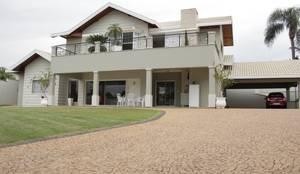 Casas de estilo clásico por canatelli arquitetura e design