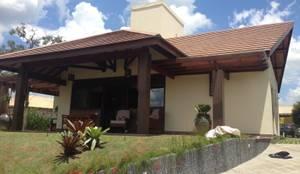 Fachada: Casas rústicas por RMS arquitetura e interiores