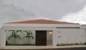 Casas de estilo clásico por Cia de Arquitetura