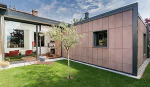 Esterno Casa Patio: Case in stile in stile Moderno di Moretti MORE