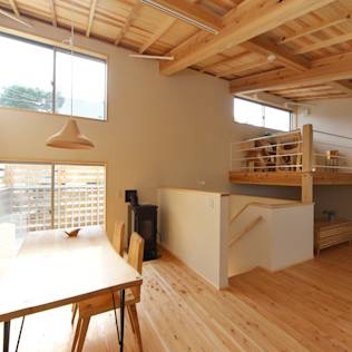 自然素材と自然エネルギーを利活用した住まい: 株式会社 建築工房零が手掛けたtranslation missing: jp.style.ダイニング.eclecticダイニングです。