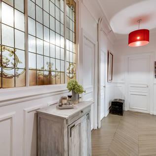 Paris 9: Couloir, Entrée & Escaliers de style de style Classique par blackStones