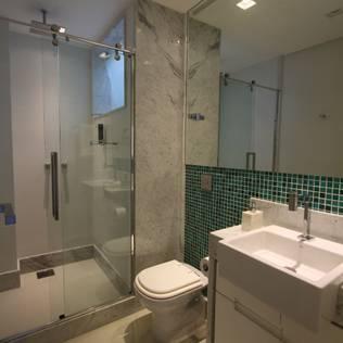 Uma cobertura estilo moderno e minimalista: Banheiros modernos por Oleari Arquitetura e Interiores