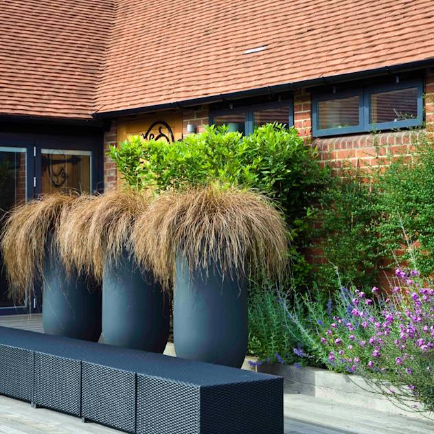 Courtyard pots and furniture: modern Garden by Rae Wilkinson Design Ltd