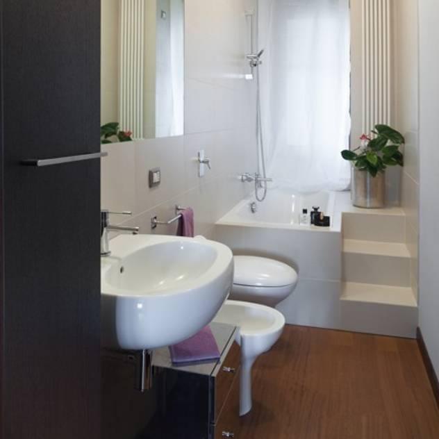 Banheiros modernos por gk architetti  (Carlo Andrea Gorelli+Keiko Kondo)