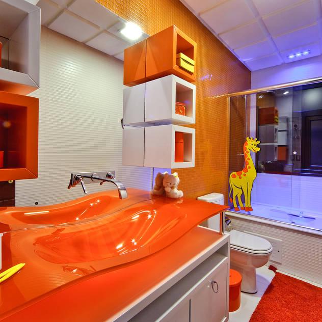 Baños de estilo moderno de arquiteta aclaene de mello