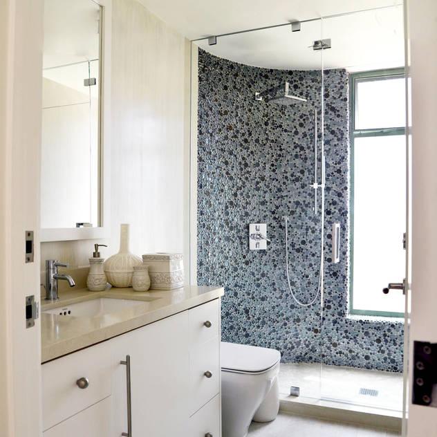 Casas de banho modernas por Erika Winters® Design